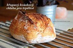 Křupavý kváskový chleba pro trpělivé vás naprosto dostane do kolen tenkou, přitom křupavě vypečenou kůrkou díky odlišnému zpracování těsta. Bread And Pastries, Pavlova, Bread Baking, Baked Potato, Ham, Banana Bread, Bakery, Rolls, Food And Drink
