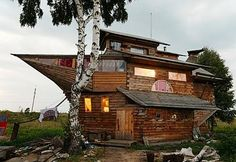 It's not a houseboat and it's not a boathouse, but it is a house shaped like a boat! House Funny, Crazy Houses, Unusual Buildings, Cool Boats, Unusual Homes, Floating House, Beautiful Architecture, Sweet Home, Cottage