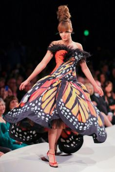 The Monarch Butterfly Dress is definitely one of the most inspiring works of art that fashion world offered over time, a flawless creation designed by Luly Yang. It is an haute couture gown, composed of custom orange and red and black and white taffeta print skirt and a strapless top, adorn with black ostrich feathers and Swarovski crystals.