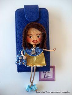 Funda de móvil decorada con una de mis muñecas Georginas hechas de cápsulas de nespresso y fieltro.