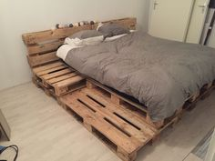 Neue Wohnung Palletbed bedroom pallet bed steigerhout Your Guide To Peg Pere Pallet Bed Frames, Wood Pallet Beds, Diy Pallet Bed, Diy Pallet Furniture, Bed Pallets, Bed Made Out Of Pallets, Diy Pallet Queen Bed Frame, Pallet Ideas Bedroom, Euro Pallets