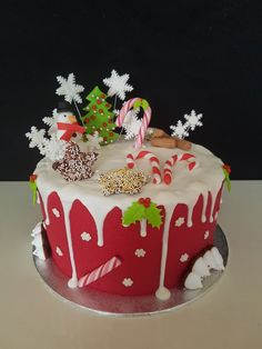 Christmas drip cake Christmas Cake Designs, Christmas Cake Decorations, Holiday Cakes, Holiday Desserts, Holiday Baking, Christmas Baking, Christmas Birthday Cake, Christmas Sweets, Novelty Birthday Cakes