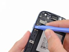 Schritt 10 -       Drücken Sie den Netzschalter aus seiner Aussparung in der Frontplatte.      Entfernen Sie die Power-Taste aus der Frontplatte.