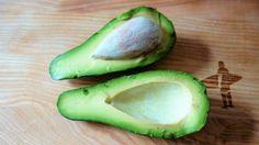Avocadokerne kann man sinnvoll weiterverwerten, gemahlen oder geraspelt.