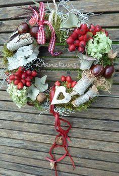 Ein wunderschöner Herbstkranz mit Hagebutten, getrockneten Hortensien, vielen herbstlichen Zutaten und bezaubernden rot weissen Accessoires...   ♥️♥️ TÜRKRANZ ♥️ TISCHDEKO ♥️ RAUMSCHMUCK ♥️♥️
