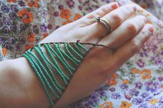Cute! It's too hot for gloves most of the year, but these will work nicely. Slave Bracelet, Hand Bracelet, Diy Jewelry, Jewelry Accessories, Hand Flowers, Hand Wrist, Bead Weaving, Crafty, Diy Tutorial