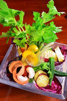農園バーニャカウダ トウモロコシ、オクラ、サツマイモ、マッシュルーム、人参、ナス、ラディッシュ ミニコーン、レッドキャベツ、セロリ、パプリカ、きゅうり、トマト、ブロッコリー アンチョビ、にんにくの基本のバーニャカウダソースをクリーミーに仕上げている