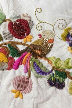 Pájaro y frutos. Detalle. Bordado a mano por Carolina Gana. Taller de Bordado Rococó. Santiago de Chile. CGP©2009