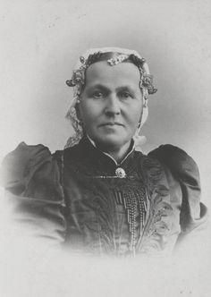 Vrouw in streekdracht uit de Krimpenerwaard. Ze draagt de 'lange kap'. ca 1900 #ZuidHolland #Krimpenerwaard