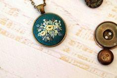 Handbestickt Halskette Anhänger - Bouquet von gelben, braunen und grünen Blumen Wildflower - Petrol / Türkis Blau - Antiqued Bronze Gold