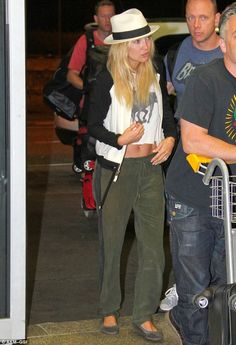 Top of the crops: Kate Hudson displayed her rock hard abs in a cropped tank Kate Hudson, My Best Friend's Girl, Gypsy 05, Green Pants, Drawstring Pants, Everyday Fashion, Cool Outfits, Street Style, My Style