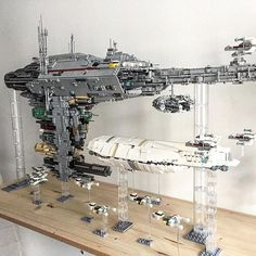 """The scale Transport from another angle. Also showing the rear end of the pods in the """"sword"""" of the Medical Frigate The scale Transport from another angle. Also showing the rear end of the pods in the sword of the Medical Frigate Nave Star Wars, Star Wars Film, Star Wars Toys, Star Wars Art, Lego Krieg, Star Wars Stormtrooper, V Wings, Construction Lego, Lego Ship"""