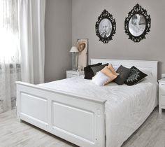 Sosnowe łóżko i nocne szafeczki zostały wykonane przez stolarza jeszcze za czasów, kiedy Kasia chodziła do liceum.