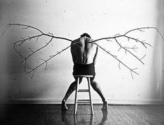 Fotógrafo cria imagens para o ajudar a lidar com a depressão  Christian Hopkins sofre de depressão aguda. Em uma das piores fases criou uma série de fotografias para o ajudar a lidar com a doença.