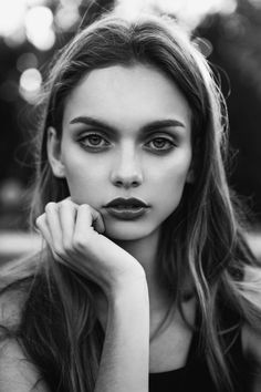 Black and White Vintage Photography: Take Photos Like A Pro With These Easy Tips – Black and White Photography Pose Portrait, Female Portrait, Shooting Pose, Portrait Fotografie Inspiration, Hands On Face, Modeling Fotografie, Model Face, Black And White Portraits, Woman Face