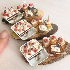 スコップケーキのセットが3つできました(^^)イチジクとさくらんぼ、イチゴで作りました♩ハリネズミさんとうさぎさんがのっています。このあと全てヤフオクに出品します! #ミニチュアフード#ミニチュア#ドールハウス#ハンドメイド#食品サンプル#樹脂粘土#粘土#スコップケーキ#miniaturefood #miniature #dollhouse #handmade#polymerclay #clay#cupcakes
