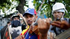 A Venezuelan violinist who is a well-known face of protests against his country's socialist government has been freed after more than two weeks in prison.  The office of Venezuela's chief prosecutor said Tuesday night that a court granted its request for Wuilly Arteaga to be let... - #Freed, #Jail, #Protester, #TopStories, #Venezuela, #Violinplaying