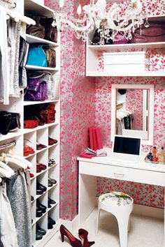 Oh my goodness, this is such a wonderfully glamorous closet. The small vanity, wallpaper, and chandelier turn a standard storage room into an extraordinarily space. - See more at: http://www.free-home-decorating-ideas.com/closet-design-ideas.html