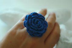 Crochet rose ring in blue  Flower crochet ring  Bright by lindapaula, €8.00 Anillo de ganchillo en color azul