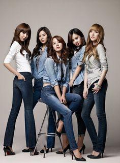 Korean Girl Band in Jeans – girl photoshoot poses Group Photography Poses, Group Photo Poses, Fashion Photography, Prom Photography, Family Photography, Photography Software, Photography Classes, Photography Camera, Photography Photos