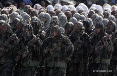 IRAN, Tehran : Iranian soldiers wearing ghillie suits, a type of  camouflage designed to resemble heavy foliage, march during the annual  military parade marking the anniversary of Iran's war with Iraq  (1980-88) in Tehran, on september 22, 2015. AFP PHOTO / ATTA KENARE