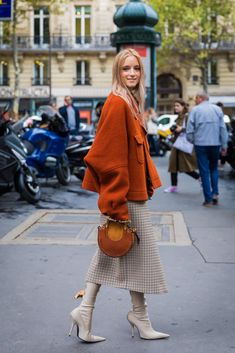 Fall Street Style Outfits to Inspire- Fall street style / Fashion Week street style Street Style Outfits, Look Street Style, Spring Street Style, Mode Outfits, Fall Outfits, Fashion Outfits, Fall Street Styles, Dress Fashion, Fashion Sandals