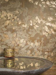 MAHANDI -Hand-screen printed ginkgo leaf motif on acrylic-coated paper. Ceiling Design, Wall Design, Tapete Gold, Bathroom Wallpaper, Bedroom Wallpaper Gold, Gold Money Wallpaper, Gold Chinoiserie Wallpaper, Gracie Wallpaper, Art Deco Bedroom
