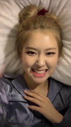 What a cutie😊❤️ Kim Jennie, Forever Young, South Korean Girls, Korean Girl Groups, Divas, Rose Icon, Blackpink Memes, Rose Park, Blackpink Photos