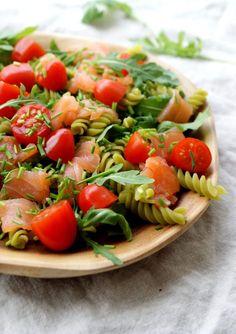 Pasta salade met gerookte zalm #pastasalade #zalmsalade #frissesalade #zomersalade Good Food, Yummy Food, Recipe For Mom, Healthy Salad Recipes, Caprese Salad, Bruschetta, Food And Drink, Lunch, Dinner