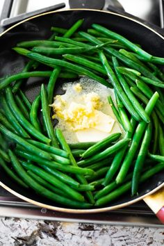 Sautéed green beans with garlic butter is an easy ten minute side dish! Serve it for a weeknight dinner or a special occasion. Sautéed green beans with garlic butter is an easy ten minute side dish! Serve it for a weeknight dinner or a special occasion. Healthy Menu, Healthy Eating, Healthy Recipes, Tasty Meals, Broccoli Recipes, Vegetable Recipes, Chicken Recipes, Sauteed Greens, Meals