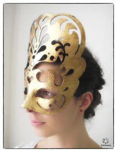 Carmen è un nostro modello originale, realizzato a mano in cartapesta, decorato con foglia doro, pezzo unico, materia prima di alta qualità. Il