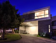 Simple, modern house and facade. Fachada Cochera : by ze|arquitectura