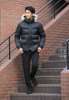 You don't have to give up style for function in our men's down jacket. Mens Down Jacket, Man Down, Freedom Of Movement, High Collar, Up Styles, Winter 2017, Stay Warm, Uniqlo, Winter Jackets