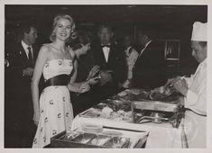 Voici des photos de Grace Kelly aidée par son habilleuse avant d'assister à un dîner privé donné pour sa famille et ses amis avant son mariage.