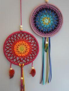 Crochet patterns free: See how beautiful this dreamcatcher crochet yarn store. Crochet Diy, Crochet Home, Love Crochet, Crochet Gifts, Motif Mandala Crochet, Crochet Motifs, Crochet Doilies, Dreamcatcher Crochet, Dreamcatchers Diy