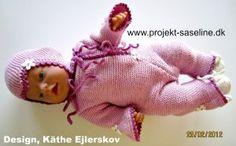 Baby born opskrifter 43 cm. Detter er en hippie dagt med blomster og bånd med gammel dags djævlehue til og sokker i rosa farve