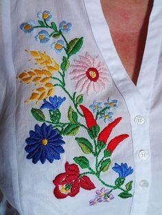 Hungarian Embroidery Design Camicia con disegno motivo tipico Ungherese Kalocsai Shirt with a typical Hungarian design Kalocsai Hungarian Embroidery, Folk Embroidery, Shirt Embroidery, Learn Embroidery, Embroidery Jewelry, Chain Stitch Embroidery, Embroidery Stitches, Embroidery Patterns, Machine Embroidery