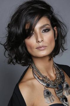According to the hairdressers we talked to, short hair is the hottest in 2017. Mild natural colors and short hair ...  #colors #hair #hairdressers #hairstyle #hairstyles #Hottest #MediumLengthHairStyles #Mild #Natural #short #talked Long Curly Hair, Short Curly Cuts, Short Hair Styles, Hairstyles 2016, Wavy Hairstyles, Langer Bob, Super Hair, Sassy, Fur