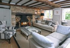 Un elegante cottage nei Cotswold Cottage Lounge, Cottage Living Rooms, Home Living Room, Cottage Shabby Chic, Country Cottage Interiors, Cotswold Cottage Interior, Cotswold Cottages, French Cottage, Snug Room