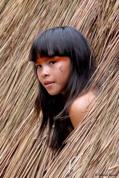 The Kuikuro are an indigenous people from the Mato Grosso region of Brazil. Their language, Kuikuro, is a part of the Carib language family. The Kuikuro have many similarities with other Xingu tribes. They have a population of 592 in up from 450 in 2002 Beautiful World, Beautiful People, People Around The World, Around The Worlds, Xingu, Tribal People, Foto Art, Native Indian, World Cultures