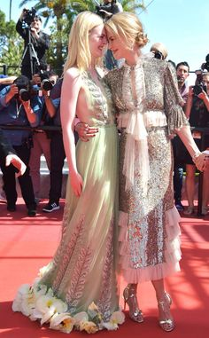 Nicole Kidman wearing Rodarte and Elle Fanning wearing Gucci, rub noses during 'How To Talk To Girls At Parties' screening during the annual Cannes Film Festival at Palais des Festivals on May 2017 in Cannes, France. Nicole Kidman, Dakota Et Elle Fanning, Palais Des Festivals, Cannes Film Festival, Festival 2017, Red Carpet Looks, Celebs, Celebrities, Looks Style