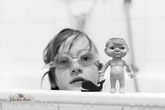 """365-13 - Du liebst es zu Baden, am besten stundenlang. Und mit der Schwimmbrille kannst du herrlich tauchen ;) - aber warum diese Puppe? Tja, die war schon mein Badewannenkumpel als ich Kind war - mein BADE-OLLI ;) - Wenn man Sachen, Spielzeug an die eigenen Kinder weiterver""""erben"""" kann, das ist schon irgendwie toll."""