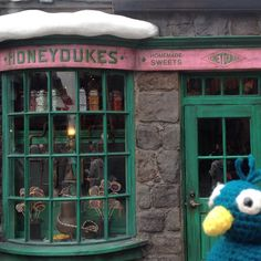 percival_peacock_and_friends:: I'm gonna eat ALL the sweets at #honeydukessweetshop  in #hogsmeadevillage at the #wizardingworldofharrypotter at #universalstudios  #pocketpeacock #amigurumi #amigurumiadventures