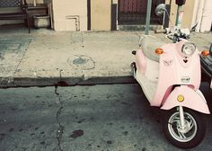 pink vespa to go with my airstream Pink Moped, Pink Vespa, Vespa Lambretta, Vespa Scooters, Vintage Garden Parties, Rockabilly Fashion, Rockabilly Style, Candy Colors, Pretty In Pink