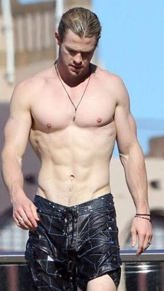 Can't think of a reason why I like Thor. Chris Hemsworth - Shirtless Wonder// I saw this and literally had to grab on to the table to steady myself. HOW ARE YOU EVEN REAL Chris Hemsworth Thor, Chris Hemsworth Sin Camisa, Chris Pratt, Chris Evans, James Mcavoy, Jeremy Renner, Michael Fassbender, Hemsworth Brothers, Ripped Body