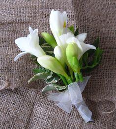 Vőlegény kitűző fehér fréziából esküvőre. Szeretnél hasonlót? Írj, és elkészítjük neked! http://eskuvoidekor.com/viragdekoracio
