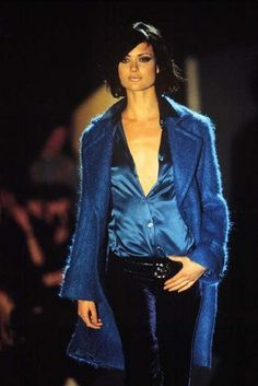 tom ford for gucci fall 1995 debut collection the madonna dress 70s Fashion, Blue Fashion, High Fashion, Fashion Looks, Womens Fashion, Runway Fashion, Ysl, Tom Ford Gucci, Glamour