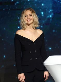 Jennifer Lawrence wore an off-shoulder suit & sandals to the press conference in Beijing. The Fashion Court ( Jennifer Lawrence Style, Jenifer Lawrence, Blonde Bangs, Blonde Color, Best Actress, Red Carpet Fashion, American Actress, Classy, Beauty