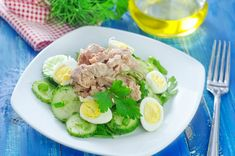 A simple and delicious salad with cod liver, quail eggs, fresh cucumbers and greens. Ingredients cod liver oil: 125 g quail eggs: 8 pieces cucumbers: PCs. parsley: a few sprigs ground pepper: to taste Cooking time: 30 min Easy Salads, Easy Meals, Quail Eggs, Tasty, Yummy Food, Cod Liver Oil, Cooking Time, Cobb Salad, Potato Salad