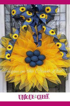 Diy Spring Wreath, Diy Wreath, Small Wreath, Wreath Ideas, Diy Projects To Sell, Country Wreaths, Sunflower Wreaths, Frame Wreath, Diy Wedding Decorations